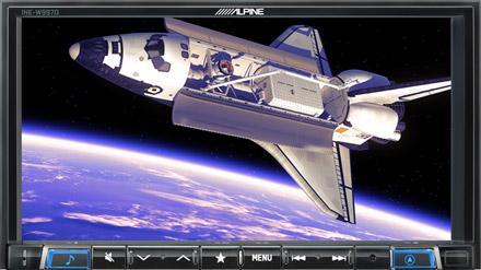 /></p> </td> </tr> <tr> <td> <h2>Zábava na velké obrazovce</h2> <p>Alpine systém vám umožní vychutnat si filmy, hudební videa nebo televizní pořady z mnoha různých zdrojů, jako jsou DVD z vestavěné optické mechaniky, USB paměti, nejnovější telefony s výstupem HDMI nebo přenosná video zařízení připojená ke konektoru A / V (mohou být požadovány volitelné kabely). Také můžete připojit váš iPod nebo iPhone a vychutnat si video obsah na velkém 7-palcovém displeji. Pro bezpečnost jízdy funkce přehrávání videa je k dispozici pouze v případě, že vozidlo není v pohybu.</p> </td> </tr> <tr> <td> <p><img src=
